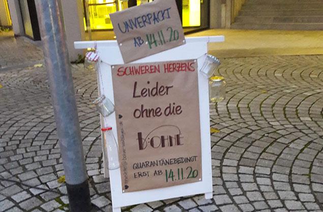 """Schild """"Leider heute ohne die b:OHNE"""""""